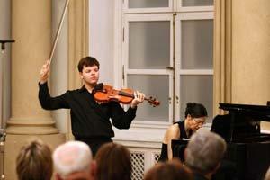Karol Daniš už hrá na vlastnom nástroji.