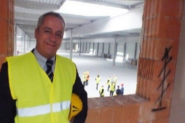 Alessandro Maccaferri na kontrolnom dni v Senici – za ním pohľad do výrobnej haly s rozmermi 125 krát 85 metrov.