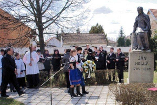 Kladenie vencov k pomníku J. Hollého v Borskom Mikuláši.