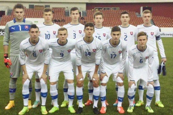 Slovenská futbalová reprezentácia do 18 rokov pred zápasom s Fínskom U18 (2:0) na turnaji Memorial V. Granatkin 2015. Petrohrad, 9. január 2015.