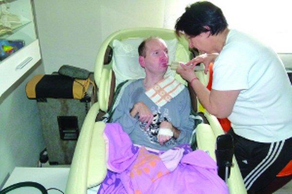 Lekársky tím dáva Jurajovi šancu na zmenu. Polročná liečba ale stojí 40-tisíc eur. Mama hovorí, že je to ich obrovská a jediná nádej.