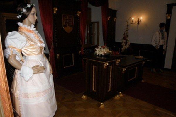 Skalický kroj na figuríne v sobášnej miestnosti Mestského úradu v Skalici.