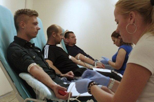 Zľava – prvodarca Matej Madunický, 25-násobný darca Pavol Zemanovič a 30-násobný darca krvi Ľubor Lezo.