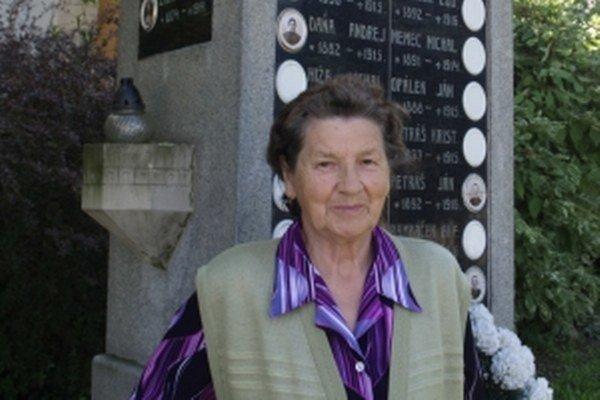 Pani Štefánia Dermeková pri pomníku v Smolinskom – pri nej sa začalo pátranie po osude a mieste odpočinku Andreja Daňu.
