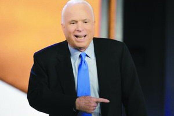 Senátor McCain má pred zajtrajšími primárkami dobrú pozíciu, Clintonová (dole) potrebuje nad Obamom vyhrať.