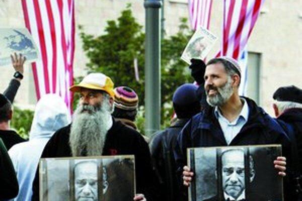 Izraelský premiér Ehud Olmert je podľa demonštrantov v koncoch a nepomôže mu ani návšteva amerického prezidenta Georgea Busha. Olmert čelí nepriaznivej správe za minuloročnú vojnu s Hizballáhom v Libanone a vyšetrovaniu pre korupciu.