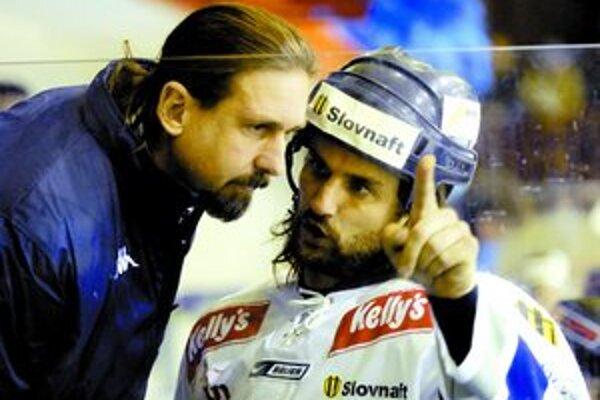 Zdeno Cíger (vľavo) ako tréner Slovana spolu s Marekom Uramom.