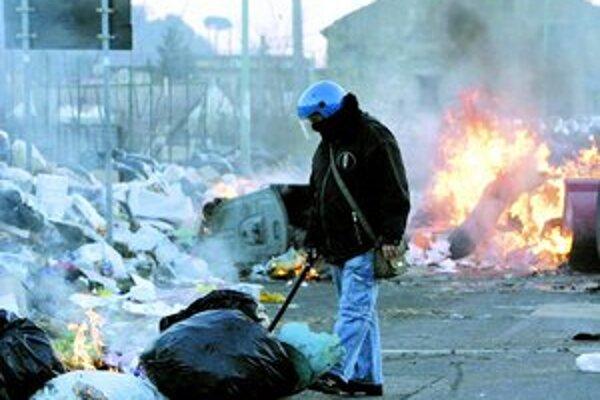 Polícii sa nepodarilo zabrániť demonštrantom v pálení odpadu priamo v uliciach.