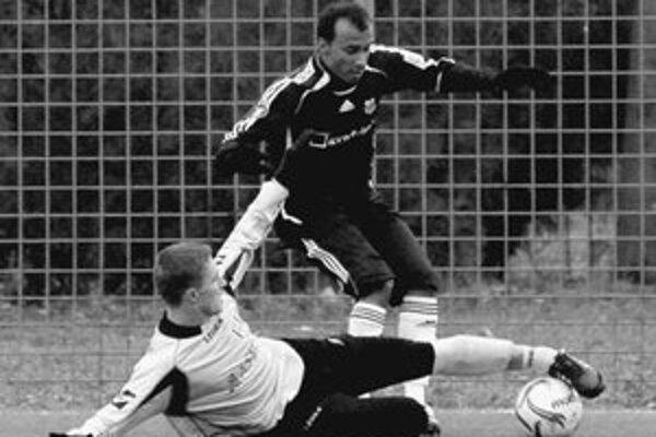 Erik Čikoš (dolu) z Interu v súboji s Kleberom Nascimentom z Argentíny. Zo zápasu Artmedia – Inter 2:0. FOTO PRE SME – MARIÁN PEIGER