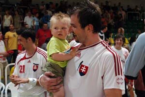 Daniela Vala (na snímke so synom Filipom) vyhlásili vo štvrtok po štvrtý raz za najlepšieho hádzanára Slovenska, jeho štart na blížiacich sa ME v Nórsku je však po zranení otázny.