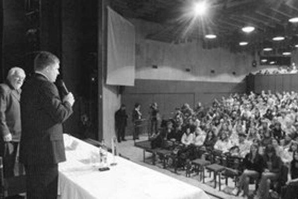Premiér sa chcel vyhnúť tomu, aby stretnutie so študentami médiá označili za politický míting. Vyriešil to tak, že nehovoril o domácej politike.
