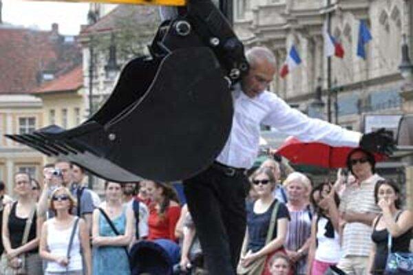 Philippe Priasso z francúzskej skupiny Beau Geste v predstavení Nežný bager v Prahe.