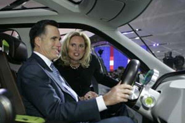 Republikán Mitt Romney so svojou manželkou. V Michigane sa očakáva jeho víťazstvo.