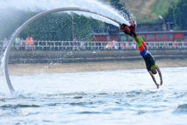 Jazdec flyboardingu Petr Civín počas exhibície na tohtoročných pretekoch dračích lodí na Kunovskej priehrade.