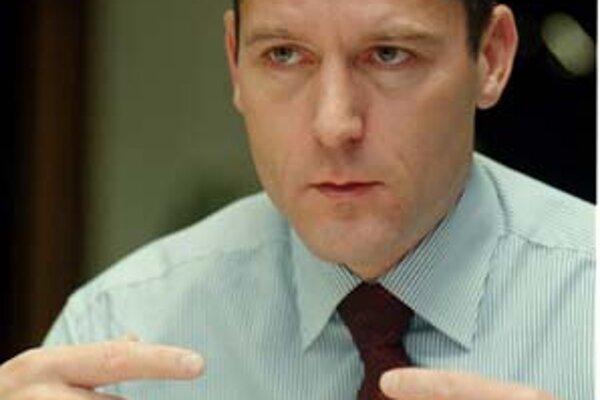 Zdeněk Tůma (48) bol od júna 1998 do nástupu do Českej národnej banky výkonným riaditeľom Európskej banky pre obnovu a rozvoj. V jej predstavenstve zastupoval Česko, Slovensko, Maďarsko a Chorvátsko. Guvernérom centrálnej banky sa stal v roku 2000. Osvedč