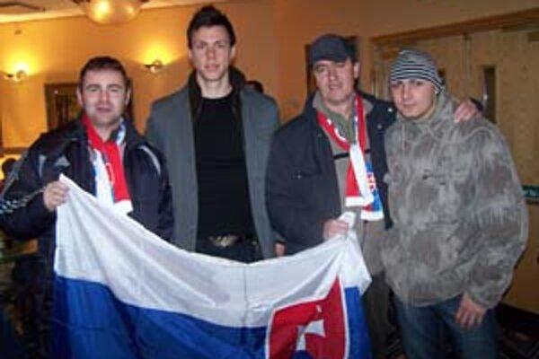 Zoltán Harsányi (druhý zľava) so skupinkou slovenských fanúšikov z Nitry a zo Zlatých Moraviec, ktorí ho prišli povzbudiť priamo do Boltonu.