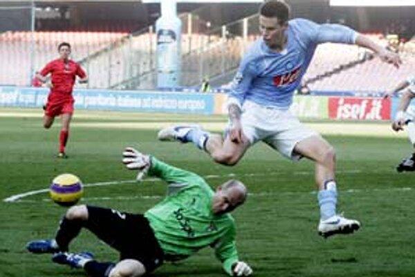 Zahodená šanca. Marek Hamšík obišiel brankára Lazia Marca Ballotu a z ťažkého uhla už nedokázal poslať loptu do siete.