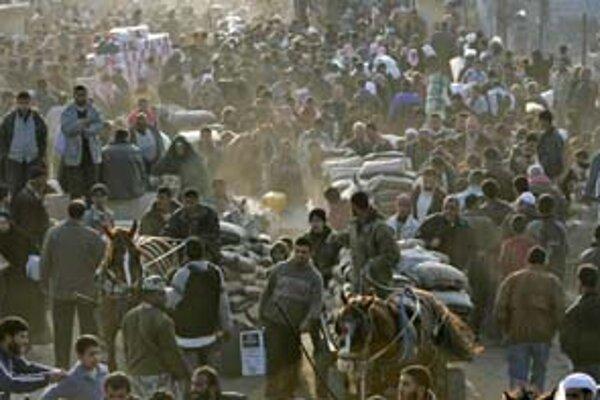 Do Egypta sa včera dostalo asi tristotisíc Palestínčanov z Gazy. Egypťania pohrozili silou, no rázne nezasiahli.