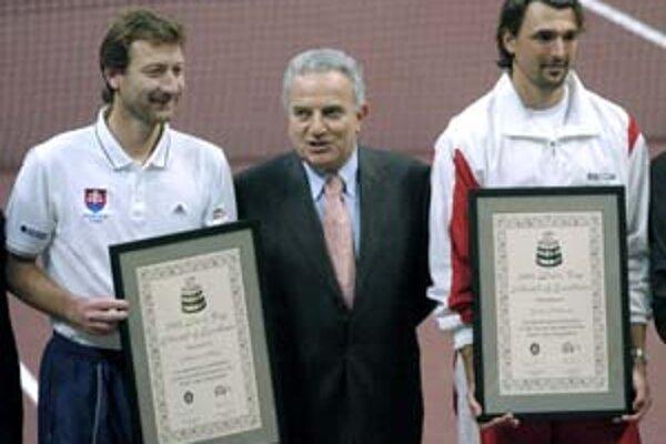 Francesco Ricci Bitti (v strede) pri návšteve Bratislavy v roku 2005, pri príležitosti finále Davis Cupu Slovensko - Chorvátsko. Vľavo je Miloslav Mečíř, vpravo Goran Ivaniševič.