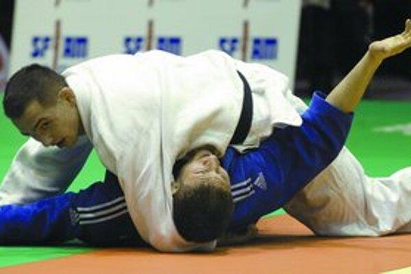 Jozef Krnáč (hore v bielom) počas pražského turnaja vo víťaznom súboji s Bulharom Georgijom Georgievom.