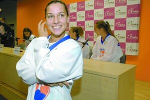 Dominika Cibulková sa teší na úlohy prvej hráčky. V pozadí vpravo je Magdaléna Rybáriková a ďalšie tenistky slovenského tímu Kristína Kučová, Janette Husárová.