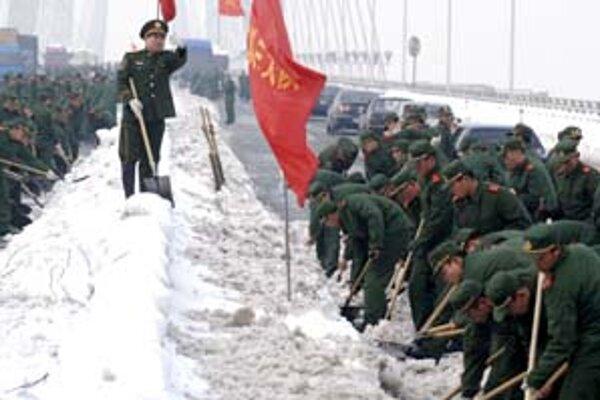Čínska vláda vyslala do boja so snehom vojakov svojej armády.