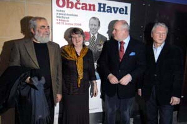 Na premiéru filmu Občan Havel prišli okrem známych umelcov aj bývalí spolupracovníci českého prezidenta (zľava) tajomníci Vladimír Hanzel a Anna Freimanová, kancelár Ivo Mathé a prezidentov hovorca Ladislav Špaček.