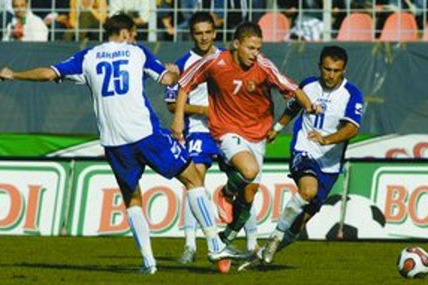 Maďarská posila Eindhovenu Balázs Dzsudzsák (s č. 7 v strede) preniká medzi bosnianskymi futbalistami Elvirom Rahimičom (vľavo č. 25), Vedadom Ibiševičom (v pozadí č. 14) a Darkom Maletičom (vpravo č. 11) vo vlaňajšom kvalifikačnom stretnutí o postup na M