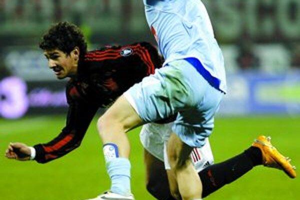 Marek Hamšík (vpravo) bojuje s vychádzajúcou hviezdou milánskeho AC Brazílčanom Patom.