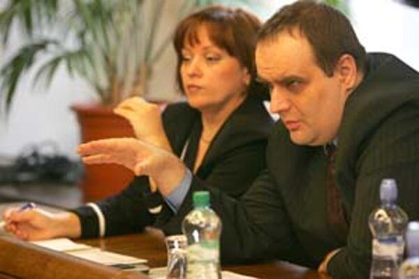 Poslanci SDKÚ Jarmila Tkáčová a Pavol Frešo včera navrhli poslanecký prieskum na úradoch, ktoré skládku v Pezinku povolili.