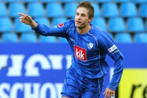 Stanislav Šesták z Bochumu oslavuje svoj gól, ktorý dal Cottbusu.