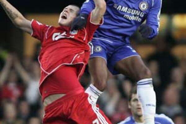 Dôkaz, ako si útočník FC Chelsea Nicolas Anelka (vpravo) pomohol rukami v súboji s naším stopérom Martinom Škrtelom z Liverpoolu. Zápas sa skončil 0:0.