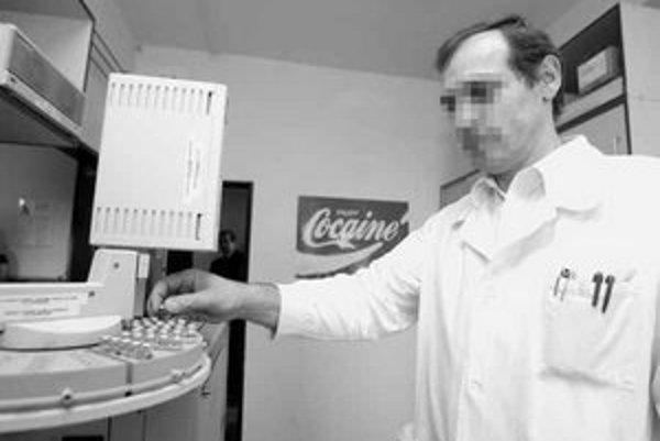 Radujte sa z kokaínu. Tento plagát v laboratóriu motivuje policajných chemikov na boj proti drogám.