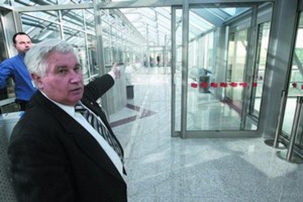 Zástupca riaditeľa bratislavského letiska František Stolárik  ukazuje na most, ktorý pre pasažierov postavila firma Ikores, vlastnená sponzorom Smeru. Dostanú sa ním k autobusu, ktorý ich odvezie k lietadlu. O význame tohto riešenia sú isté pochybnosti.