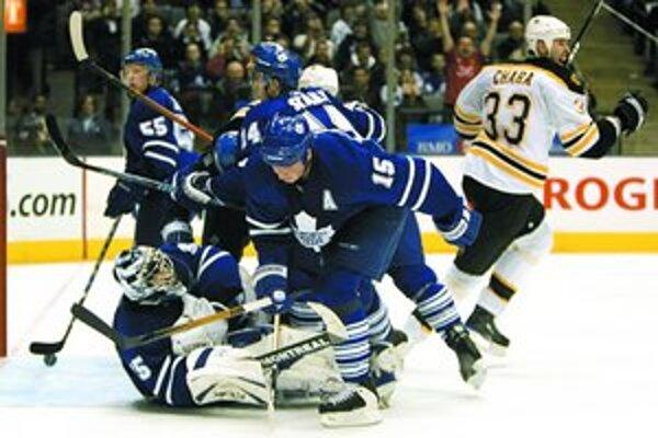 Kapitán Bruins Zdeno Chára (vpravo) vyrovnal v zápase NHL v Toronte gólom zblízka iba pár sekúnd pred záverom tretej tretiny, v predĺžení však domáci tím Maple Leafs vyhral 4:3.