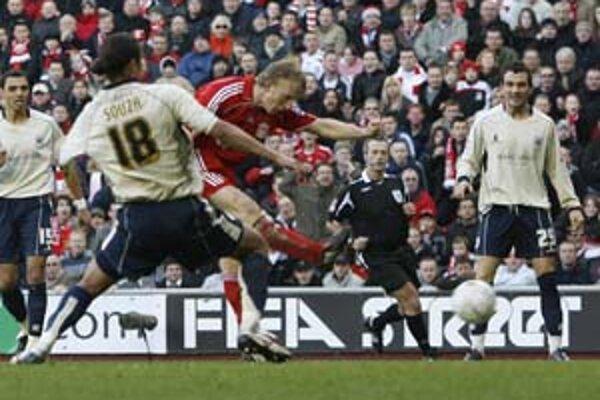 Holanďan Dirk Kuyt (v strede) prekonáva v 5. kole Anglického pohára obranu Barnsley, s ktorým Liverpool prehral 1:2 a nečakane vypadol. Dnes na Anfield Road v osemfinále Ligy majstrov príde oveľa slávnejší a silnejší súper – milánsky Inter.