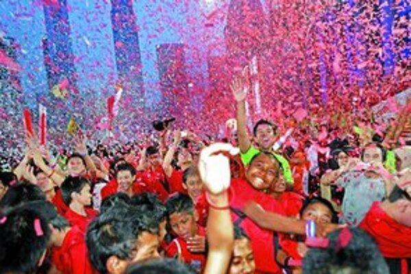 Štyriapolmiliónový Singapur včera oslavoval pridelenie organizátorských práv na 1. letné olympijské hry mládeže, ktoré budú v roku 2010.