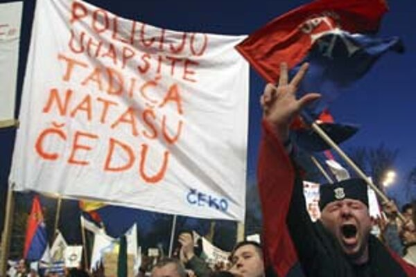 Srbský demonštrant v Belehrade protestuje tradičným ortodoxným znakom troch prstov proti nedeľňajšiemu jednostrannému vyhláseniu nezávislosti Kosova.