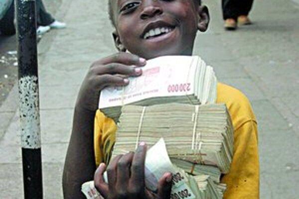 Bankovky v stotisícových hodnotách sú pri nákupoch v Zimbabwe bežnou realitou.