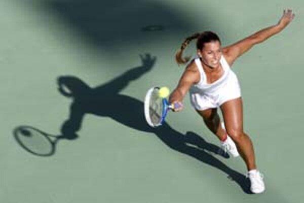 Dominika Cibulková vo včerajšom zápase turnaja v Dauhe s Radwanskou. Naša tenistka podľahla poľskej hráčke v trojsetovej dráme.