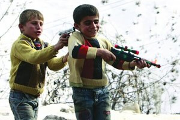 Tureckí chlapci sa hrajú s hračkárskymi zbraňami v oblasti na turecko–irackej hranici.