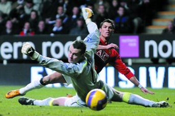 Cristiano Ronaldo (vpravo) z Manchestru United strieľa jeden zo svojich dvoch gólov brankárovi Newcastle United Shayovi Givenovi. Manchester vyhral 5:1.