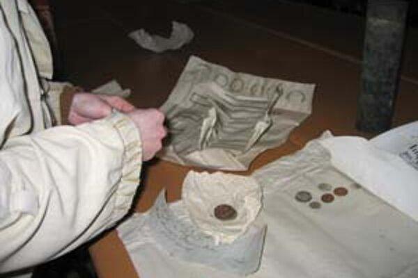 Pri oprave veže trnavského Dómu sv. Mikuláša sa našli doklady aj o predchádzajúcich opravách a rôzne mince.