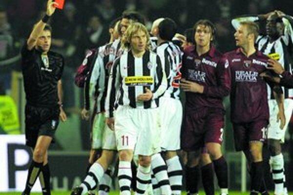 Pavel Nedvěd (v pruhovanom drese s číslom 11) dostal červenú kartu od rozhodcu Nicolu Rizzoliho.