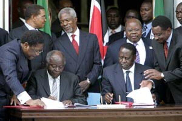"""Oboch súperov """"skrotil"""" Kofi Annan (v strede)."""