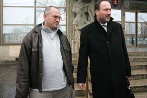 Advokáti obvinených z útoku na Daniela Tupého Alexander Filo (vľavo) a Peter Filip odišli