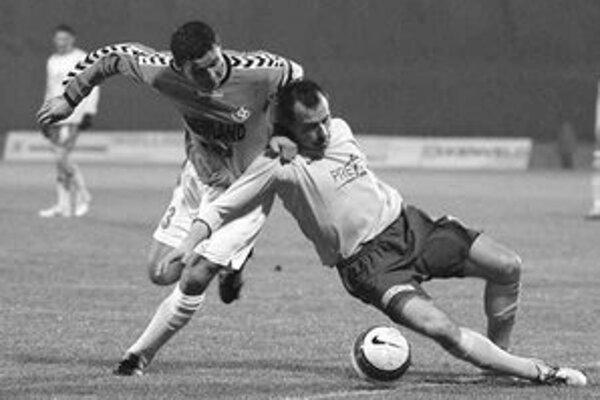 Michal Drahno (vľavo) zo Senca sa snačí dostať cez Pavla Deváteho zo Žiliny. Z úvodného stretnutia futbalovej Corgoň ligy Senec - Žilina 0:0.