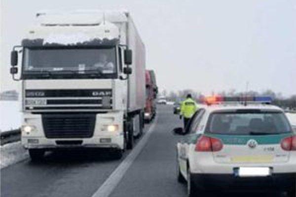 Niektorí kamionisti zákaz nerešpektujú.