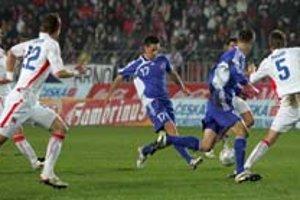 Marek Hamšík (č. 17) sa snaží prestrčiť loptu na Mareka Mintála, ktorého bráni Radoslav Kováč. Česko zdolalo v kvalifikácii ME 2008 Slovensko 3:1.