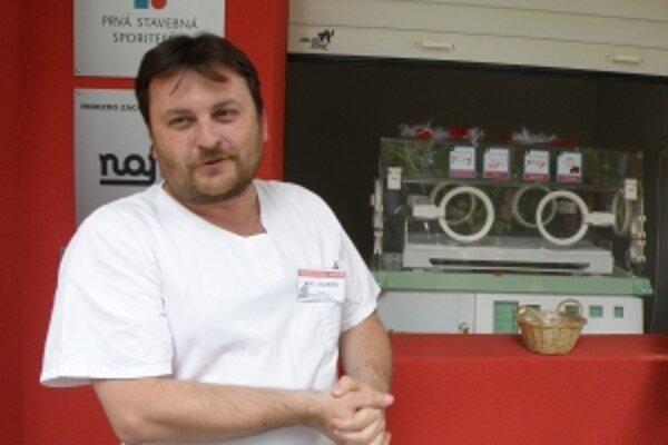 Primár Detského oddelenia FNsP Juraj Riška pri otvorení Hniezda záchrany v Skalici.
